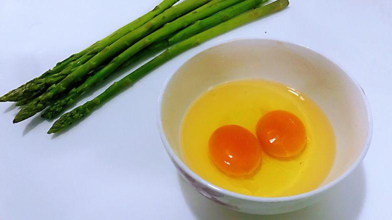 芦笋炒鸡蛋,准备好所有的食材,两个<a style='color:red;display:inline-block;' href='/shicai/ 9'>鸡蛋</a>打入碗里,加入一点点盐一点的水,用筷子搅散备用。