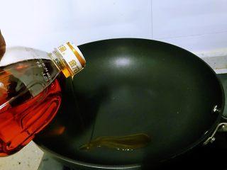 芦笋炒鸡蛋,锅中加入油。