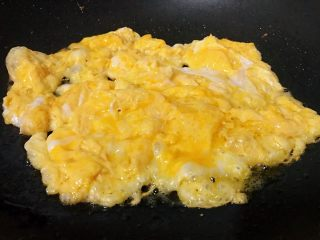 芦笋炒鸡蛋,倒入蛋液,炒至蛋液凝固成型。
