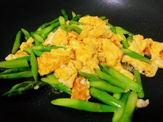 芦笋炒鸡蛋,倒入芦笋翻炒几下,加入适量的盐,翻炒均匀即可。切记盐不要放多了,刚才的蛋液里面已经有了部分的盐,这次放的时候得计划上。