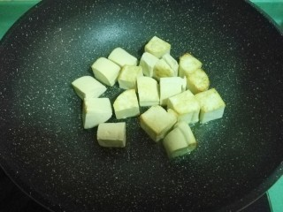 彩蔬焖豆腐,不时翻翻面