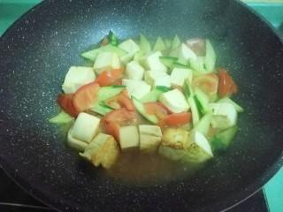 彩蔬焖豆腐,盖上盖子焖至豆腐入味,这是我的减肥餐,少油少盐