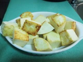 彩蔬焖豆腐,豆腐煎到微微金黄,盛起备用