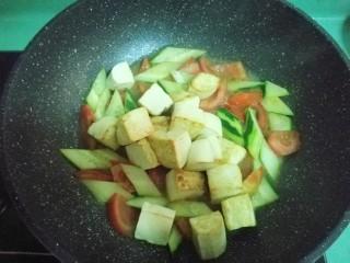 彩蔬焖豆腐,放入豆腐