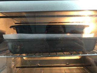 绿豆馅饼,烤箱预热好,进烤箱前,在饼子上铺上另一层油脂,放上一个模具,这样是为了让饼子在烤制的过程中,更好的定型。按上下火150度,烤25分钟