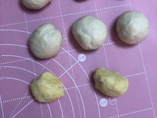 绿豆馅饼,绿豆馅搓成丸子,比面团小