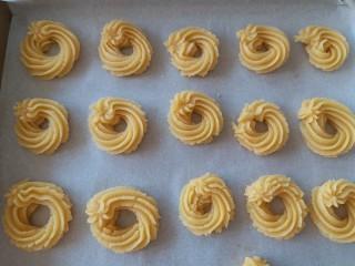 黄油曲奇,将曲奇的挤在烤盘内,送入烤箱180度烘烤15分钟就好啦。