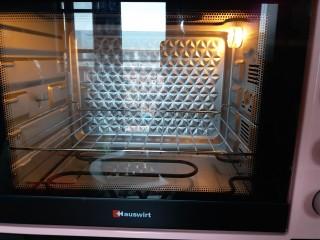 黄油曲奇,这个时候烤箱提前180度预热。