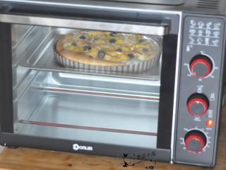 黄桃芝士披萨,放入烤箱中,200度烘烤15分钟。