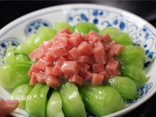 青菜炒火腿,将芡汁浇在青菜盘中。