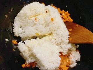 玉米粒番茄盅,胡萝卜丁炒软了放入剩米饭  一起翻炒均匀