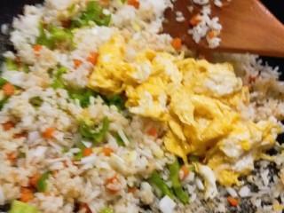 玉米粒番茄盅,放入炒好的鸡蛋碎 翻炒