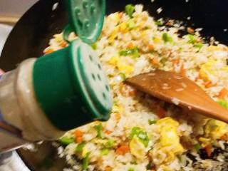 玉米粒番茄盅,撒上胡椒粉和盐调味