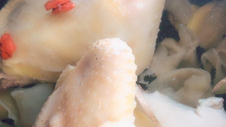 花胶鸡汤,➕没过鸡肉的纯净水,大概炖2-3个小时