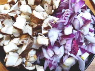 韩国黑豆酱炸酱面,香菇,洋葱切丁
