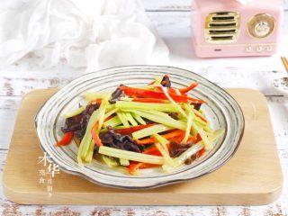 芹菜炒木耳,芹菜炒木耳就做好啦。