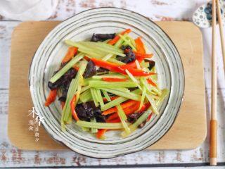 芹菜炒木耳,趁热吃哦。