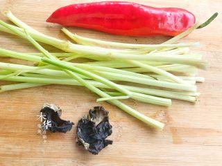 芹菜炒木耳,材料准备好。