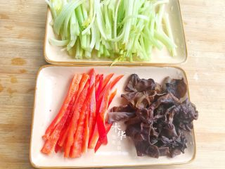芹菜炒木耳,把芹菜切段,红椒切丝,干木耳泡发切一下。