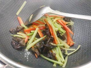 芹菜炒木耳,加点点水,焖一分钟。