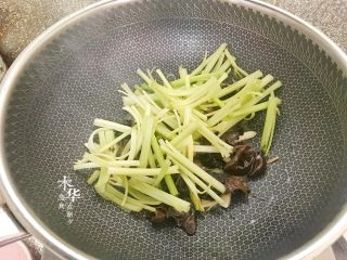 芹菜炒木耳,把芹菜倒入翻炒均匀。