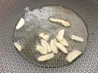芹菜炒木耳,大火,炒锅倒入油。把蒜片放入炒香。