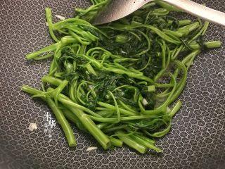 腐乳炒空心菜,把空心菜炒软。