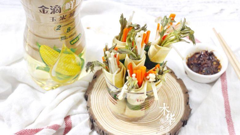 豆腐皮卷香椿,吃法就是用豆腐皮香椿卷沾豆瓣酱吃。