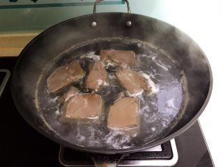 爆炒香辣猪血,小火慢煮,焯至猪血凝固