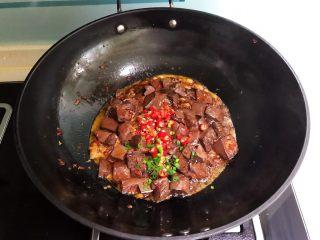 爆炒香辣猪血,加入小米辣和香葱