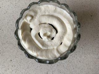 奥利奥木糠杯,挤一圈淡奶油