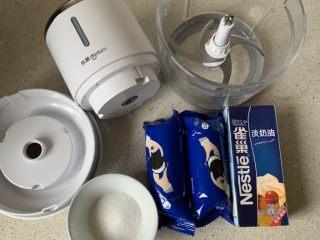 奥利奥木糠杯,先把材料备好,我用的搅拌机,几秒钟搞定
