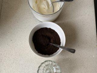 奥利奥木糠杯,准备3个玻璃杯,奶油放入裱花袋