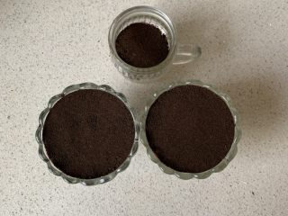 奥利奥木糠杯,最后铺一层饼干碎按平,放入冰箱冷藏一小时以上,口感更佳!