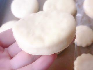 山药饼,发酵好的明显变胖,拿在手上比较轻