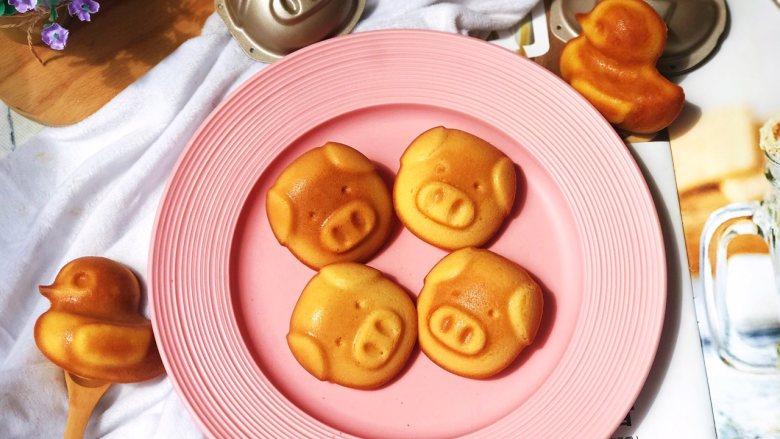 卡通小蛋糕,出炉倒扣即可脱模。可爱滴小猪猪。