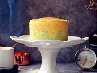 波浪纹双色戚风蛋糕,时间到,把蛋糕取出,在桌面上摔一下,震出热气,倒扣,晾凉后才脱模