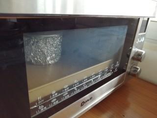 波浪纹双色戚风蛋糕,放入已经提前预热到上火120度,下火150度的东菱K40C烤箱下层,烘烤30分钟左右