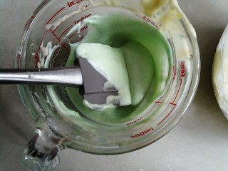 波浪纹双色戚风蛋糕,其中一份的蛋白霜,取1/3蛋白霜与加了色素的蛋黄糊翻拌均匀,再倒回剩余的蛋白霜里,翻拌成细腻的蛋糕糊
