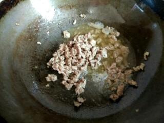 香辣肉沫豆腐,锅中放入适量植物油,放入几粒花椒,炒出香味,捞出花椒不要,放入肉沫翻炒至变白