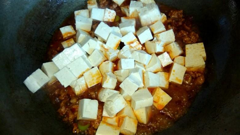 香辣肉沫豆腐,加入豆腐
