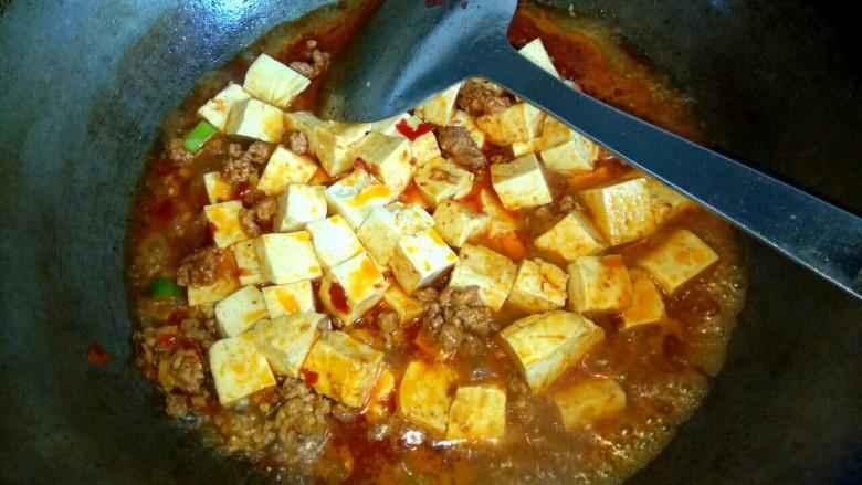 香辣肉沫豆腐,放入半小碗清水烧开