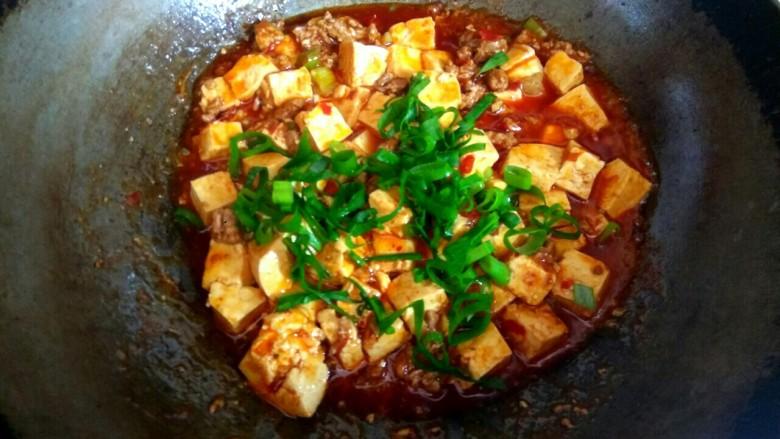 香辣肉沫豆腐,撒上葱花