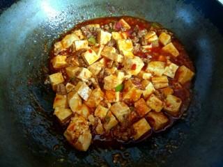 香辣肉沫豆腐,大火烧开,放入淀粉汁,烧开,汤汁粘稠,关火