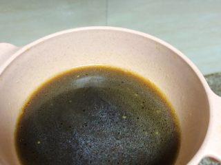 春笋焖面,锅中的汤汁盛出来小半碗