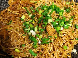 春笋焖面,用筷子把面条弄散,撒上青蒜末即可