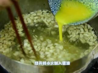 清淡可口,简单好喝的蘑菇蛋花羹,倒入开水,烧开转小火倒入蛋液。