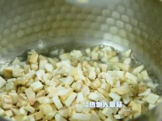 清淡可口,简单好喝的蘑菇蛋花羹,锅中油烧热倒入蘑菇,小火炒软至蘑菇出水。