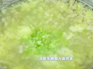 清淡可口,简单好喝的蘑菇蛋花羹,小火至汤变浓稠加入香菜末。