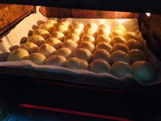 蜂蜜小面包,放入提前预热好的烤箱。